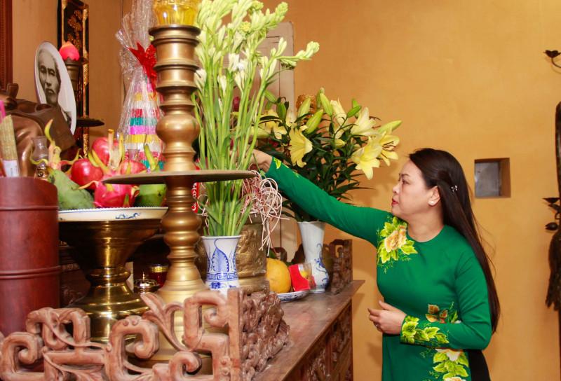 Chủ tịch Hội LHPNVN Nguyễn Thị Thu Hà và đoàn đã thành kính dâng hương tại Đền thờ Bác, thăm quan một số di tích lịch sử, nơi Chủ tịch Hồ Chí Minh đã sống và làm việc.