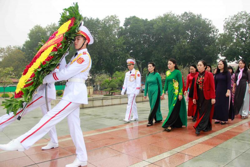 Sáng cùng ngày, Đoàn Chủ tịch TƯ Hội LHPNVN đã dâng hương tại Tượng đài Bắc Sơn, tri ân các Anh hùng liệt sĩ đã hi sinh vì Tổ quốc.