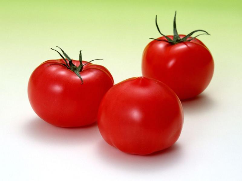 Cà chua Trung Quốc vỏ bóng, căng mịn trông rất bắt mắt.