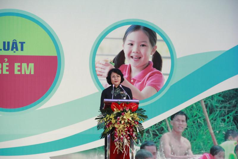 """Phát biểu tại lễ phát động, Phó Chủ tịch nước Đặng Thị Ngọc Thịnh cho rằng: Tháng hành động vì trẻ em năm nay, Luật Trẻ em chính thức được ban hành và có hiệu lực từ ngày 1/6/2017.  Đây là cơ sở pháp lý và cũng là việc thể chế hóa các chủ trương, chính sách của Đảng, Nhà nước về bảo đảm thực hiện các quyền trẻ em trong tình hình mới;  quy định trách nhiệm thực hiện các cam kết theo Công ước của Liên hợp quốc về quyền trẻ em của Việt Nam"""". Đồng thời đề nghị các ngành, địa phương tăng cường các giải pháp phòng, chống bạo lực, xâm hại trẻ em; xử lý nghiêm, nhằm giảm thiểu các vấn đề bạo lực, xâm hại trẻ em hiện nay."""