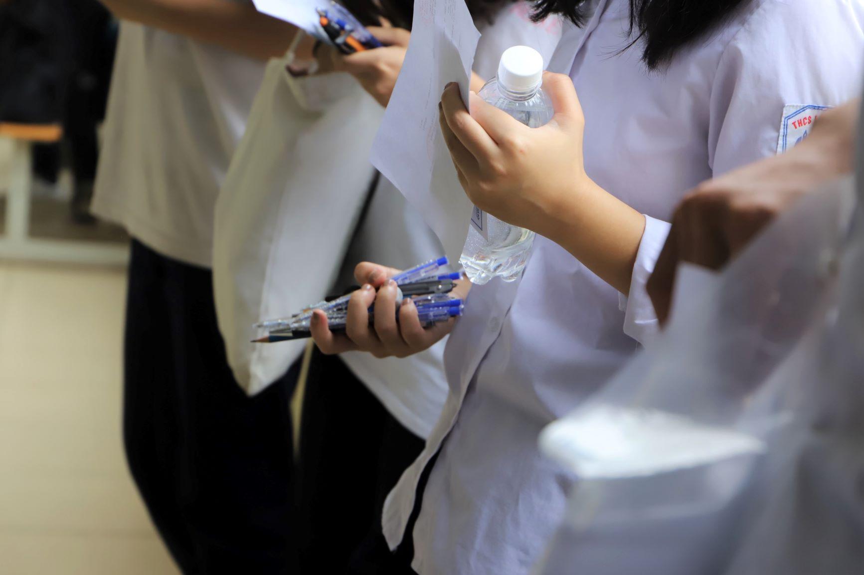 Là môn thi Ngữ văn (tự luận 120 phút) nên nhiều thí sinh chuẩn bị hẳn cả một... nắm bút cho yên tâm. Nước uống (bóc nhãn dán) cũng được phép mang vào phòng thi