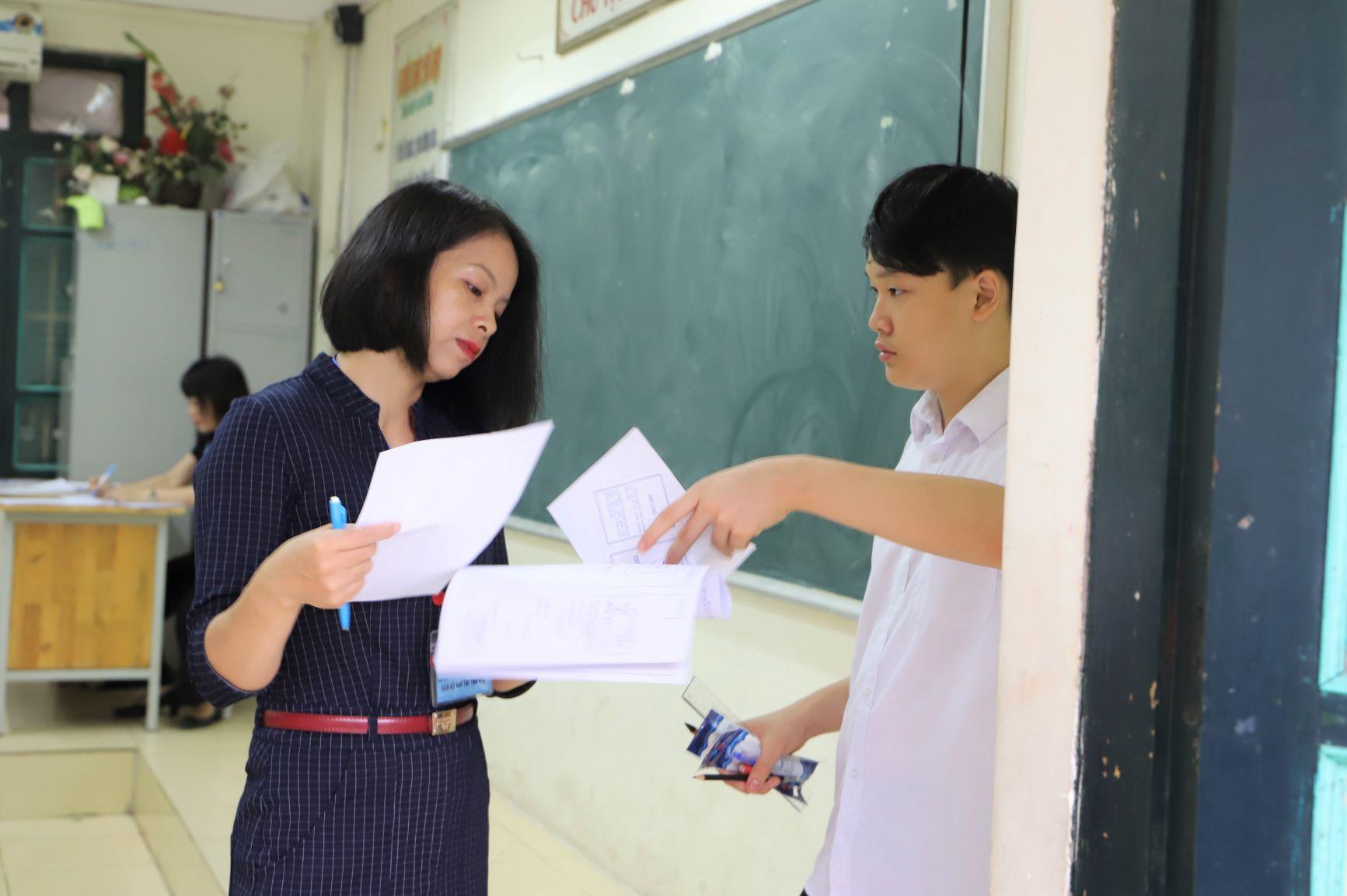 Tất cả các thắc mắc của thí sinh đều được giám thị giải đáp đầy đủ, trước khi có hiệu lệnh vào giờ làm bài và bóc đề thi