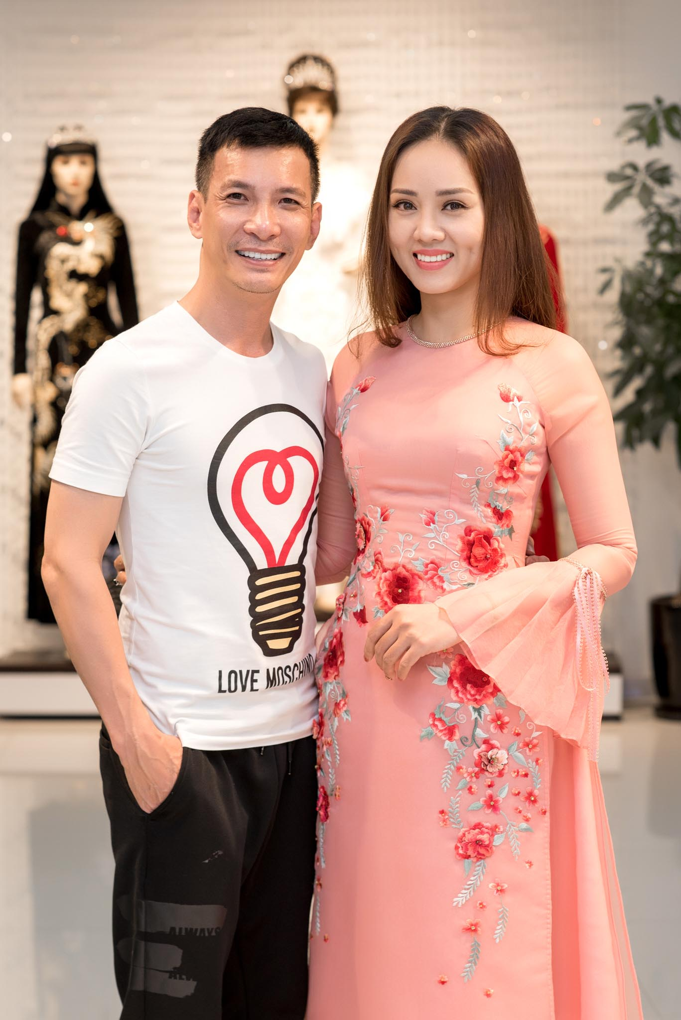 Ngọc Hà tiết lộ cô vốn có mối quan hệ thân thiết với chuyên gia make-up và nhà thiết kế Kenny Thái nên đã tới thử trang phục để chuẩn bị cho sự kiện thời trang sắp diễn ra của anh.