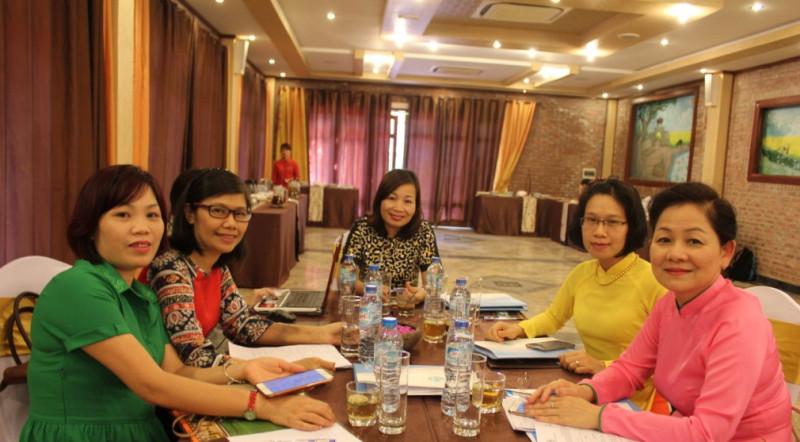 Phó Chủ tịch Hội LHPNVN Trần Thị Hương (bìa phải) cùng các đại biểu tại Lễ ra mắt Mạng lưới Lãnh đạo nữ.