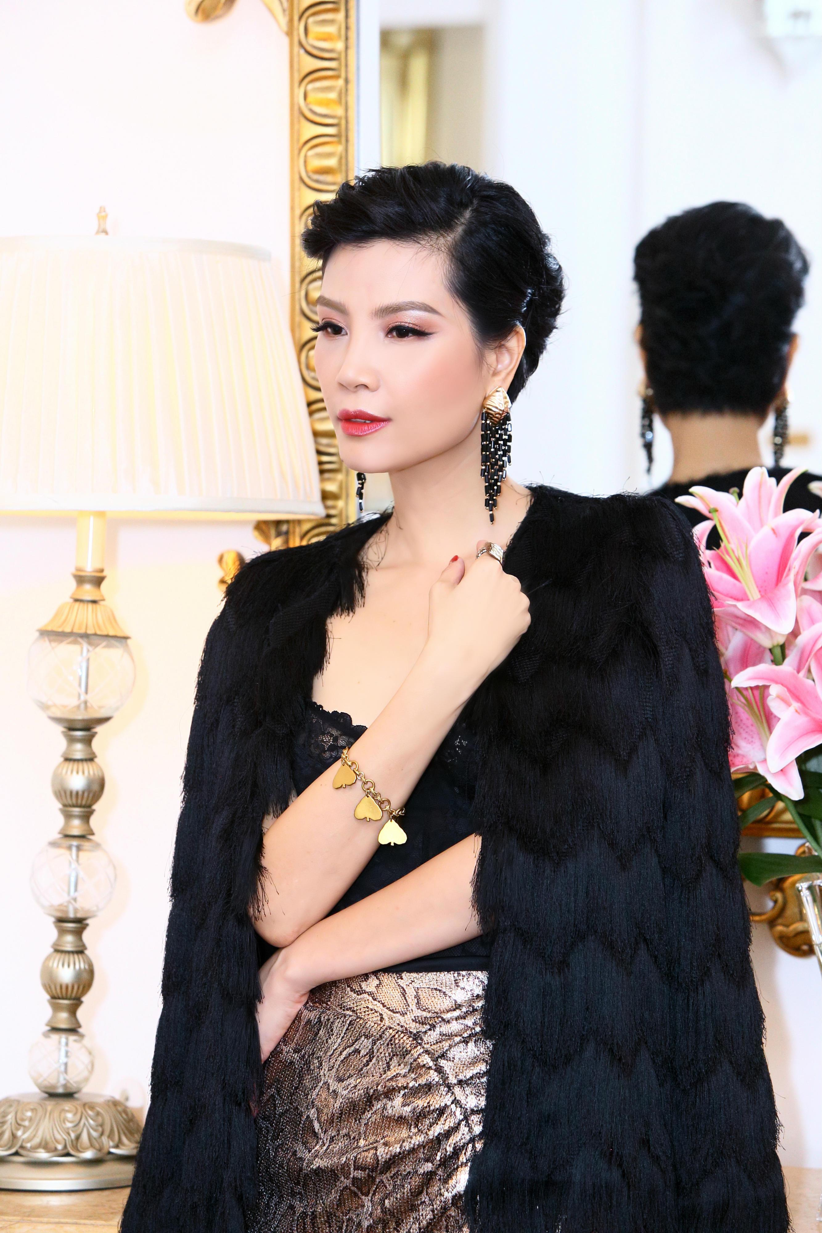Vũ Cẩm Nhung sinh năm 1976. Cô  từng là siêu mẫu thế hệ đầu trong nước. Khi sự nghiệp đang thăng hoa, Vũ Cẩm Nhung từ bỏ nghiệp người mẫu và những vai diễn điện ảnh để lấy chồng và kinh doanh. Hiện người đẹp sinh năm 1976 cùng chồng là cổ đông lớn, điều hành một tập đoàn lớn về dược và mỹ  phẩm.