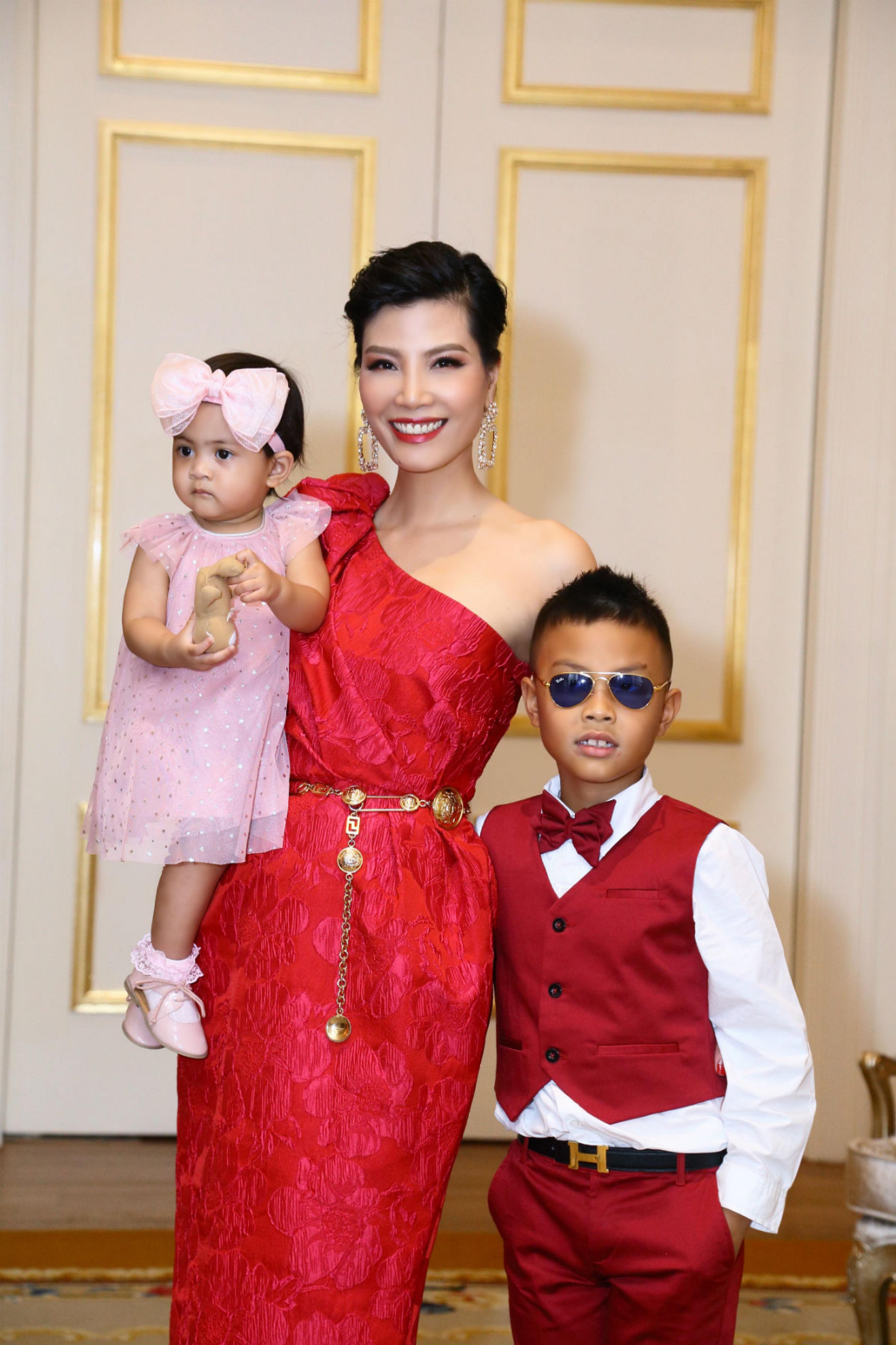 Ngoài bé Vi Anh vừa tròn 1 tuổi, con trai lớn của vợ chồng Vũ Cẩm Nhung năm nay đã lên 6. Cậu bé tên Nam Anh, khá ngoan ngoãn, vâng lời bố mẹ và rất yêu em gái.