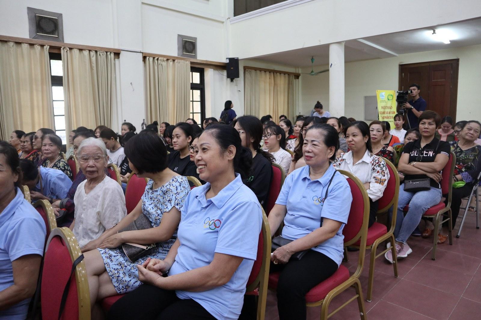 Hơn 300 đại biểu tham gia gồm có 100 sinh viên Học viện phụ nữ, 150 hội viên Hội Phụ nữ thành phố Hà Nội và 50 công đoàn đoàn viên Hội LHPN Việt Nam.