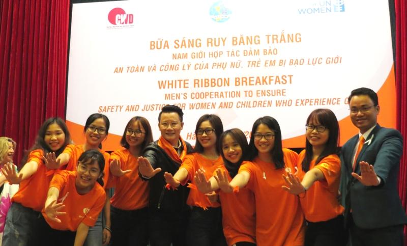 Ca sĩ-nhạc sĩ Hoàng Bách cùng các bạn trẻ kêu gọi cộng đồng chung tay xóa bỏ bạo lực đối với phụ nữ và trẻ em gái.