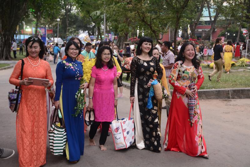 Hội hoa Xuân Mậu Tuất 2018 thu hút đông đảo du khách từ sáng sớm đến khuya.