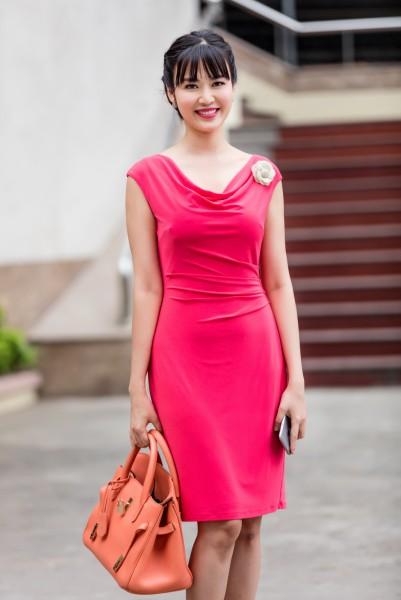 Xuất hiện tại trường quay, Hoa hậu Thu Thủy gây chú ý với vẻ đẹp rực rỡ trong chiếc đầm màu hồng được chị phối hợp cùng túi Hermes màu cam cà rốt, làm nổi bật làn da trắng và nụ cười tỏa nắng.