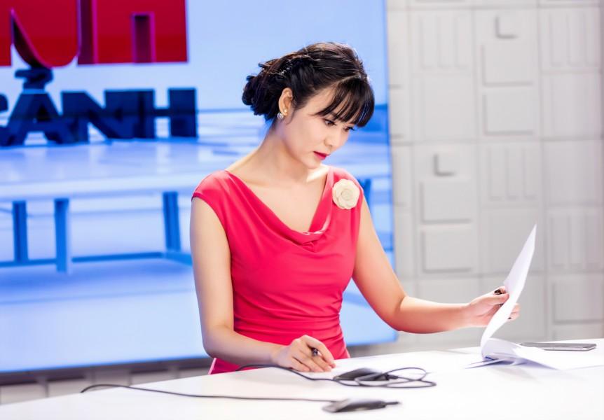 """Hoa hậu Thu Thủy chăm chú tập luyện cho ngày đầu tiên ra mắt chương trình """"An ninh toàn cảnh"""", phát sóng số đầu tiên vào ngày 1/1/2017"""