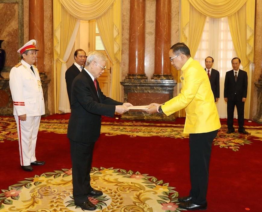 Đại sứ Đặc mệnh toàn quyền Vương quốc Thái Lan tại Việt Nam Tanee Sangrat trình Quốc thư lên Tổng Bí thư, Chủ tịch nước Nguyễn Phú Trọng. (Ảnh: Trí Dũng/TTXVN)