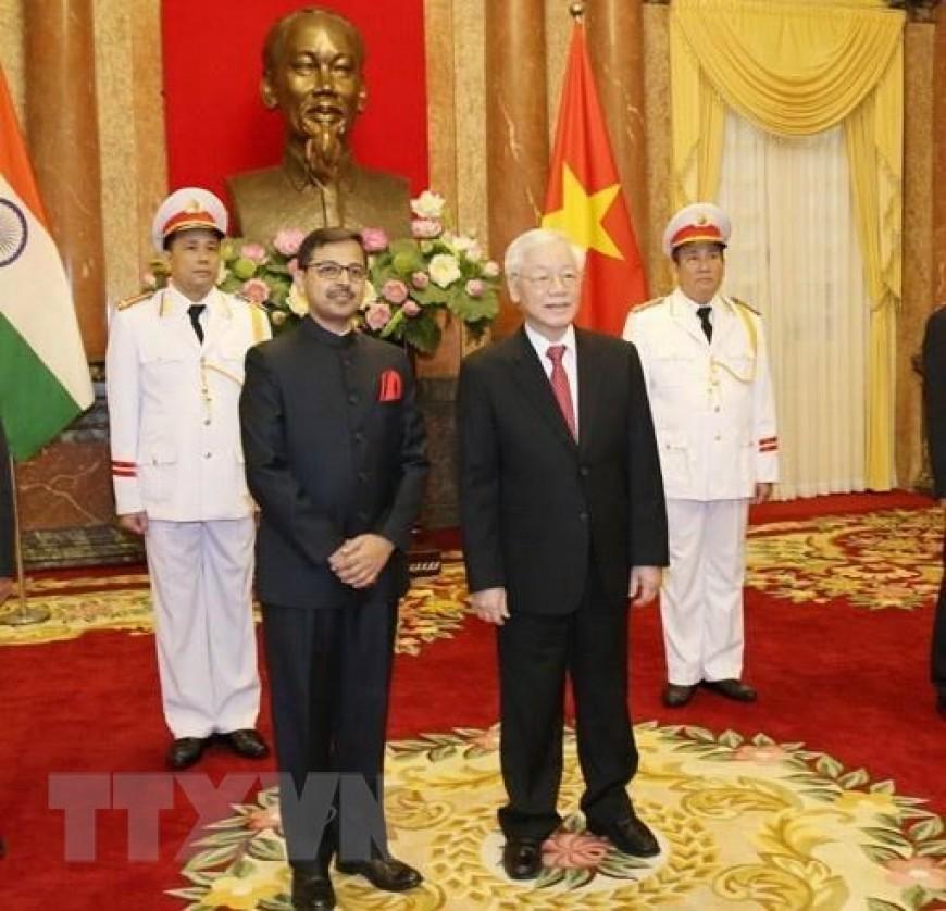 Tổng Bí thư, Chủ tịch nước Nguyễn Phú Trọng với Đại sứ Đặc mệnh toàn quyền Cộng hòa Ấn Độ tại Việt Nam Pranay Kumar Verma tại lễ trình Quốc thư. (Ảnh: Trí Dũng/TTXVN)