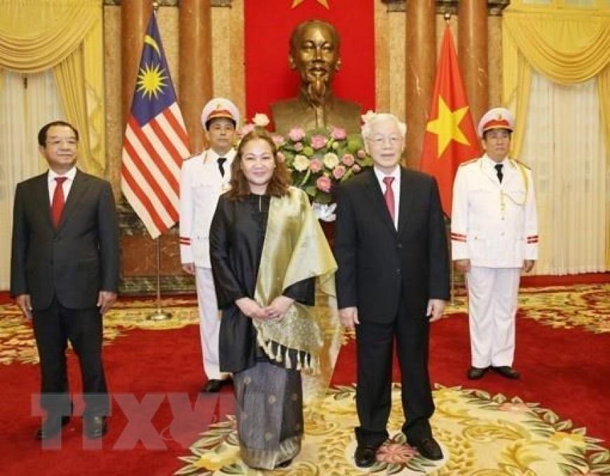 Tổng Bí thư, Chủ tịch nước Nguyễn Phú Trọng với Đại sứ Đặc mệnh toàn quyền Malaysia tại Việt Nam Shariffah Norhana Syed Mustaffa tại lễ trình Quốc thư. (Ảnh: Trí Dũng/TTXVN)
