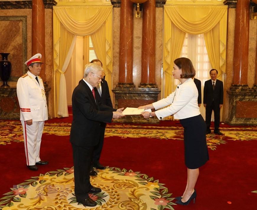 Đại sứ Đặc mệnh toàn quyền Australia tại Việt Nam Robyn Louise Mudie trình Quốc thư lên Tổng Bí thư, Chủ tịch nước Nguyễn Phú Trọng. (Ảnh: Trí Dũng/TTXVN)