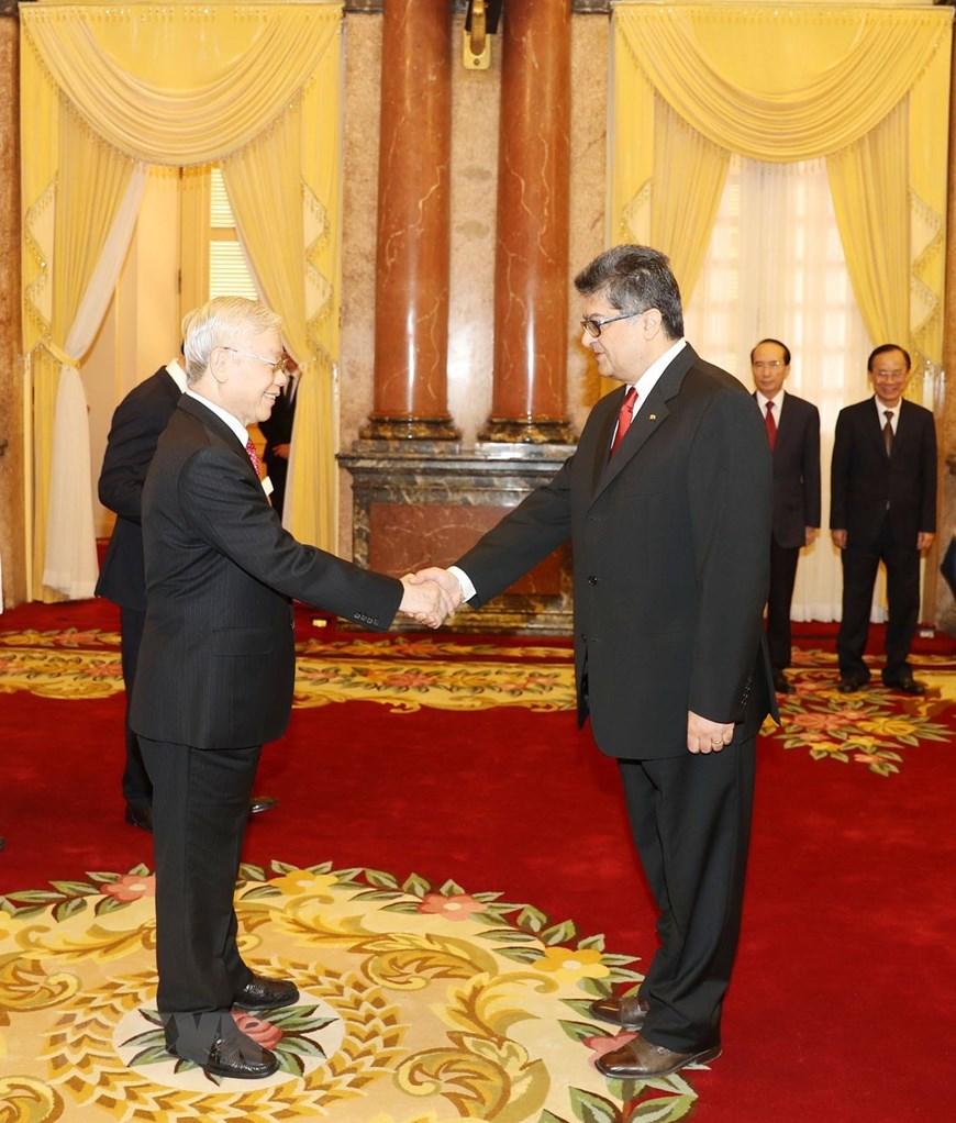 Tổng Bí thư, Chủ tịch nước Nguyễn Phú Trọng tiếp Đại sứ Đặc mệnh toàn quyền Cộng hòa Armenia tại Việt Nam Vahram Kazhoyan đến trình Quốc thư. (Ảnh: Trí Dũng/TTXVN)