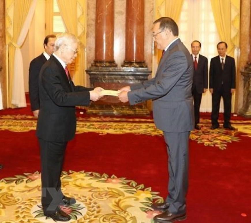 Đại sứ Đặc mệnh toàn quyền Cộng hòa Kazakhstan tại Việt Nam Yerlan Baizhanov trình Quốc thư lên Tổng Bí thư, Chủ tịch nước Nguyễn Phú Trọng. (Ảnh: Trí Dũng/TTXVN)