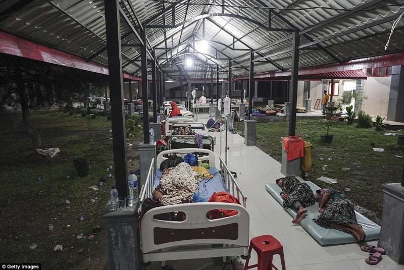 Các nạn nhân trong trận động đất bị thương nặng được nằm ở giường, những người khác nằm trên nệm hoặc tấm bạt trải ra đất.