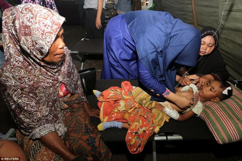 Một bé trai bị thương đang được khám và theo dõi tại bệnh viện ở Sigli, Pidie.