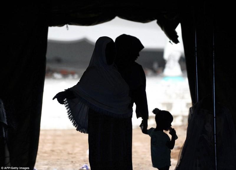 Một gia đình may mắn sống sót sau động đất, đang đưa con đến lều tị nạn ở Pidie Jaya.