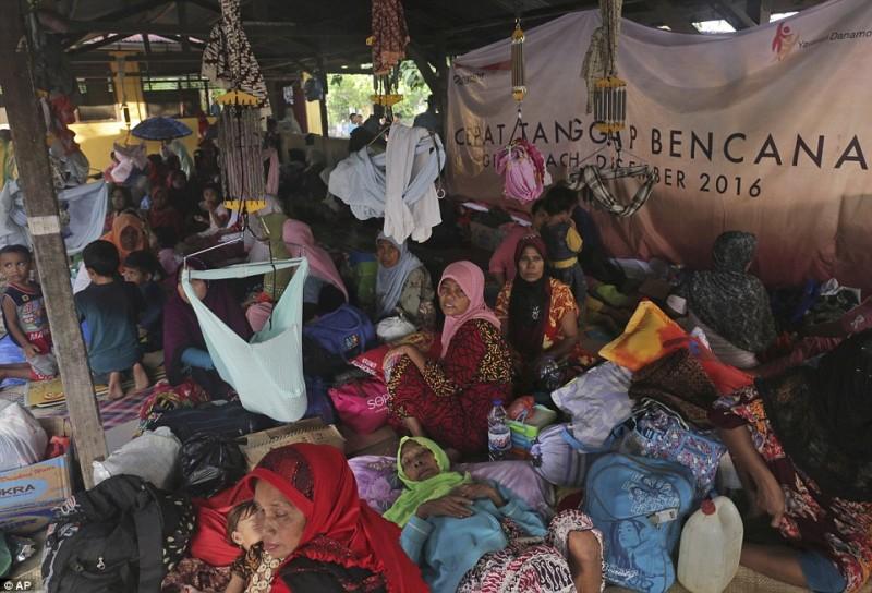 Đám đông những người phụ nữ tụ lại trong các lều rạp, cùng nhau chăm sóc con, cháu của mình.