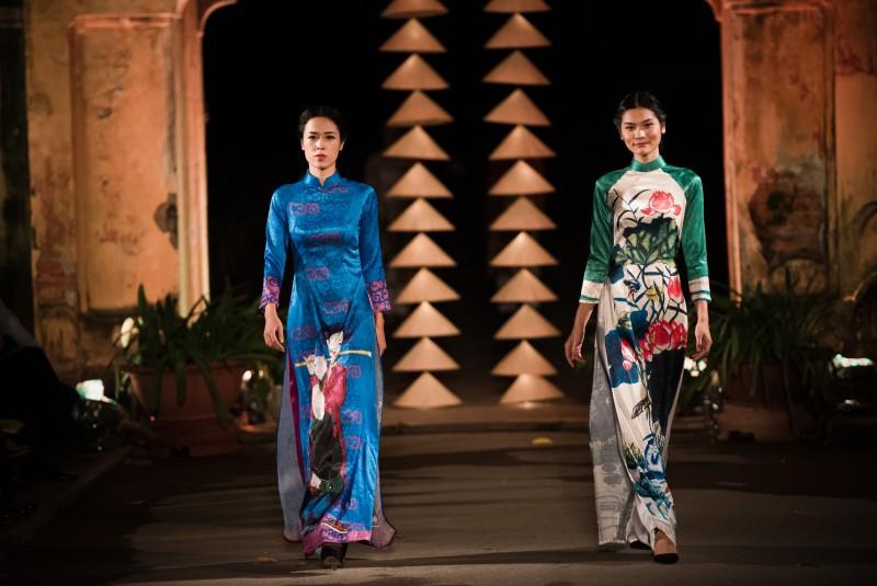 Trong buổi họp báo công bố Festival Áo dài Hà Nội 2016 được tổ chức tại Hoàng thành Thăng Long, Hà Nội vào tối 6/10, bộ sưu tập áo dài do Hoa hậu Ngọc Hân thiết kế đã gây được sự chú ý của khán giả.