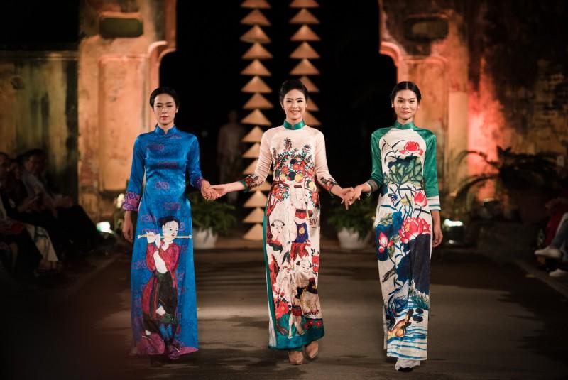 Trên bộ thiết kế mới này, Hoa hậu sử dụng nhiều họa tiết lấy cảm hứng từ các bức tranh Hàng Trống.
