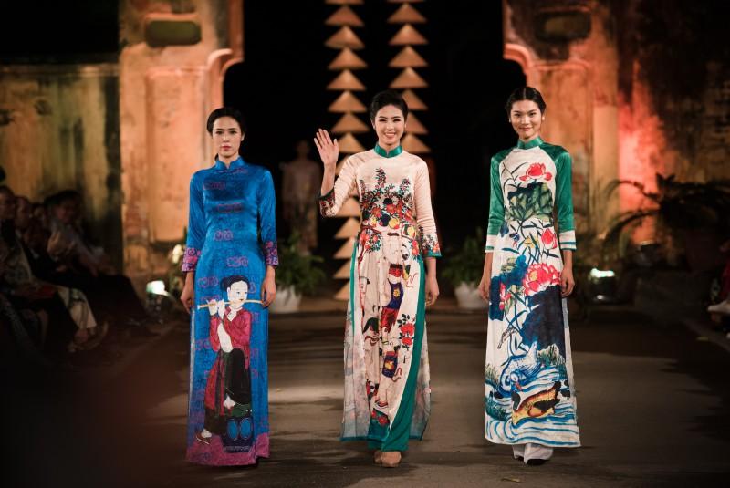 Ngọc Hân xuất hiện rạng ngời bên các người mẫu trình diễn trang phục của mình.