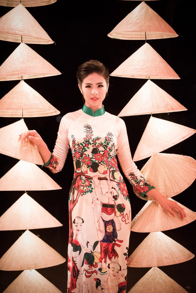 Là một người mẫu chuyên nghiệp, Hoa hậu Ngọc Hân biết cách làm nổi bật, tôn lên vẻ đẹp của áo dài do chính mình thiết kế.