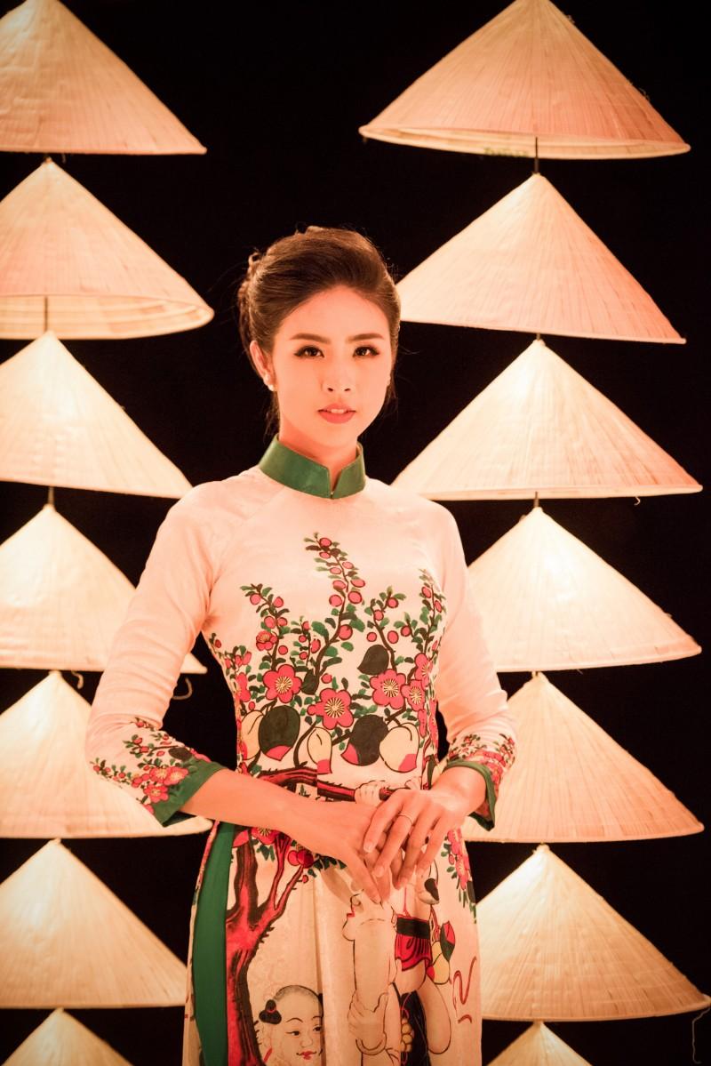 Dù ở góc độ nào, cô cũng khoe được nét đẹp của nhan sắc và trang phục.