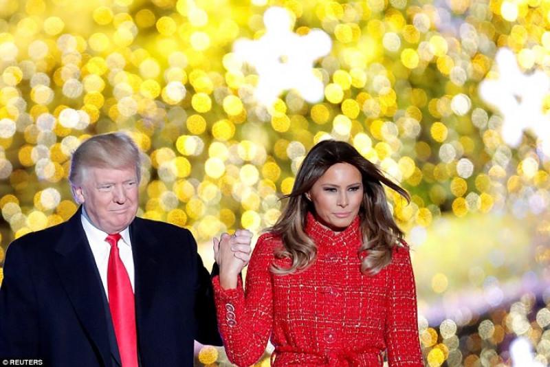 Tổng thống Mỹ và Phu nhân trên sân khấu của buổi lễ. Ảnh: Reuters.