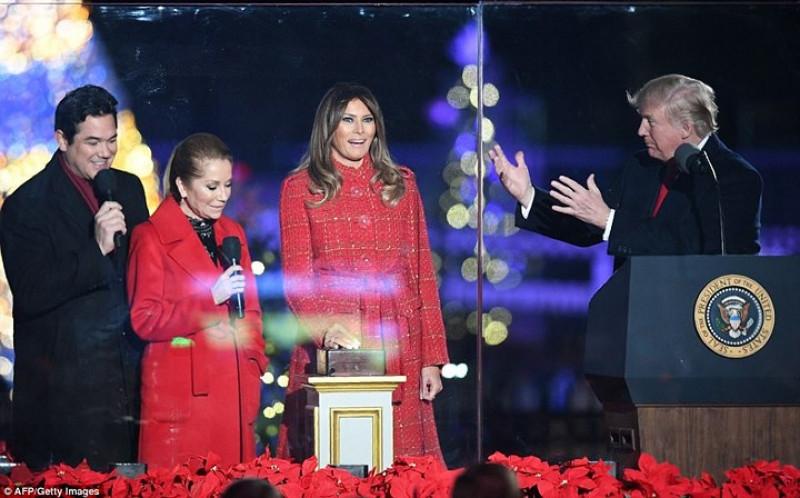 Bà Melania Trump là người trực tiếp ấn nút thắp sáng cây Giáng sinh Quốc gia. Ảnh: AFP/Getty.