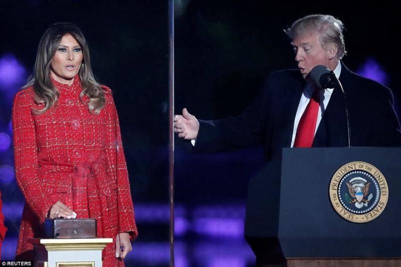 Đệ nhất Phu nhân Melania chọn áo khoác dạ dài màu đỏ - tông màu phù hợp với dịp Giáng sinh. Ảnh: Reuters.