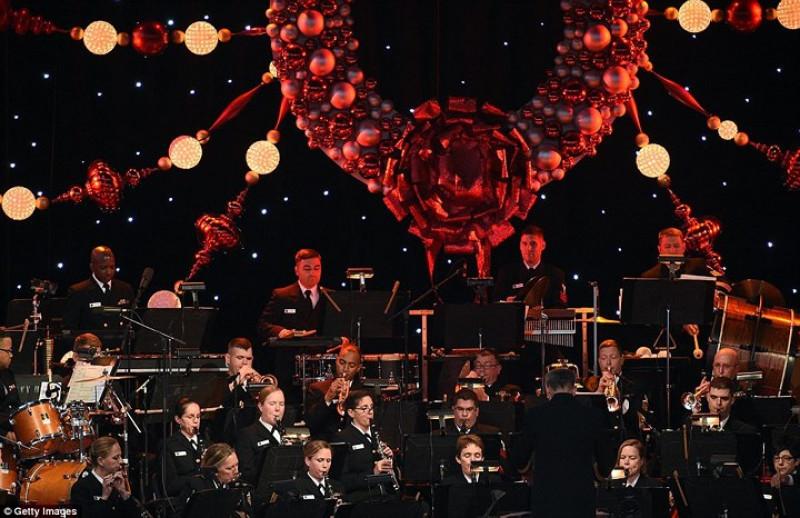 Dàn nhạc của Hải quân Mỹ trình diễn trong lễ thắp sáng cây Giáng sinh quốc gia. Ảnh: Getty.