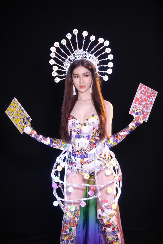 Được biết, trang phục được tạo nên bởi NTK trẻ Jessica Tố An Huỳnh Nguyễn. Tất cả phần đính kết được làm thủ công một cách tỉ mỉ. Phần vương miện, lồng lô tô bao quanh người và khung xương của chiếc ô sau lưng sẽ được phát sáng trong lúc Đỗ Nhật Hà trình diễn.