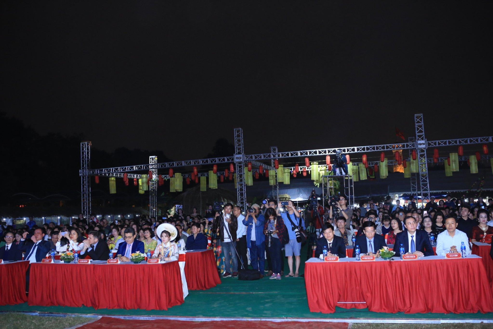 Lễ khai mạc vào tối 5/4 thu hút hàng nghìn người tham gia, đặc biệt là du khách nước ngoài. Sự kiện này là điểm hội tụ của những giá trị văn hóa nghệ thuật kết tinh qua nhiều thế kỷ của 3 miền Bắc - Trung - Nam