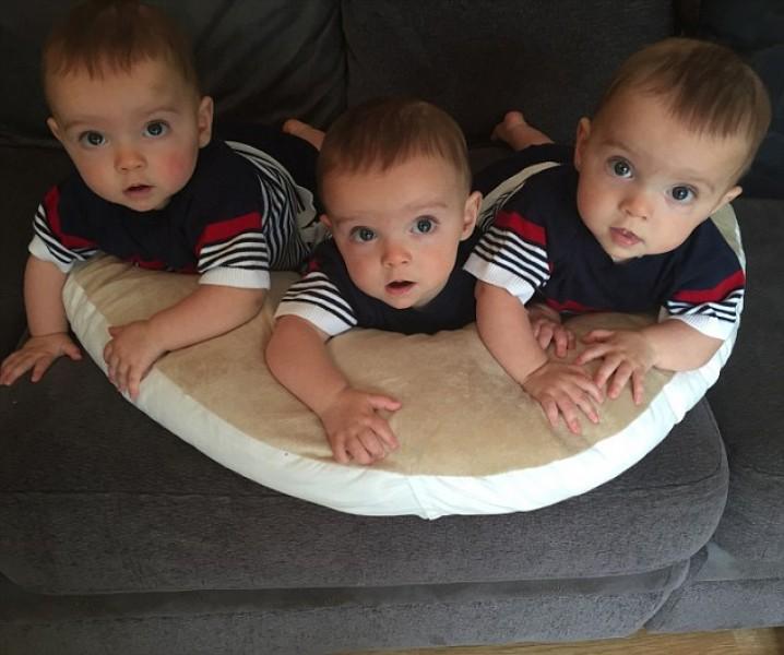 Khi cả ba lớn hơn một chút, mẹ bé lại phát hiện ra các con càng lớn càng giống nhau.