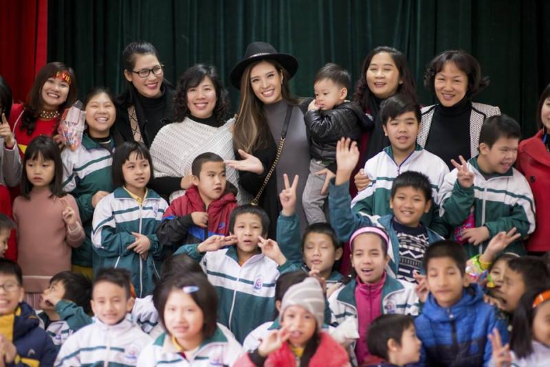 Vừa qua, Phan Hoàng Thu cùng một số anh chị em trong CLB đã tới Trung tâm bảo trợ xã hội tỉnh Bắc Ninh và trao gần 200 suất quà cho các em nhỏ mồ côi và khuyết tật.