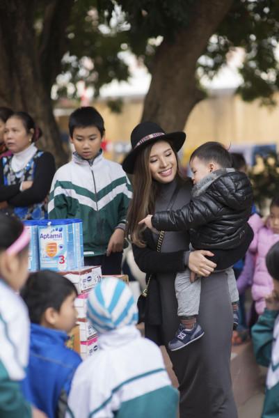"""""""Dịp này, tôi đưa cả bé Bào Ngư đi cùng vì đây là chương trình dành cho các em nhỏ mồ côi và khuyết tật. Tôi nghĩ, việc cho con tham gia cùng không chỉ giúp con dạn dĩ hơn với thế giới xung quanh mà còn là cách giáo dục con biết sẻ chia, thông cảm"""