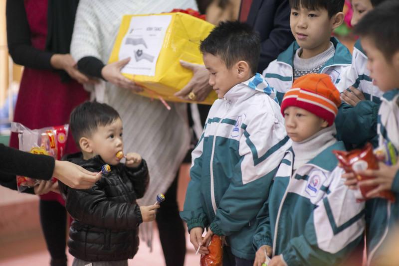 Vốn dạn dĩ nên Bào Ngư tỏ ra rất thích thú với các hoạt động của chuyến thiện nguyện này. Cậu bé dễ dàng hòa nhập với các anh chị và còn vui vẻ tham gia múa hát cùng mọi người.