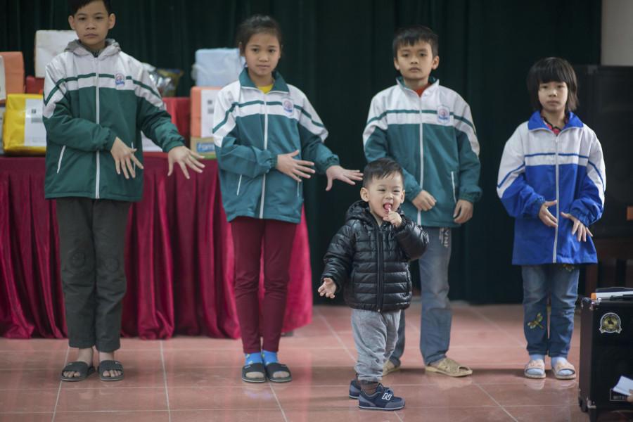 Vẻ lanh lợi, đáng yêu của Bào Ngư nhanh chóng gây được sự chú ý cho những người có mặt tại Trung tâm bảo trợ.