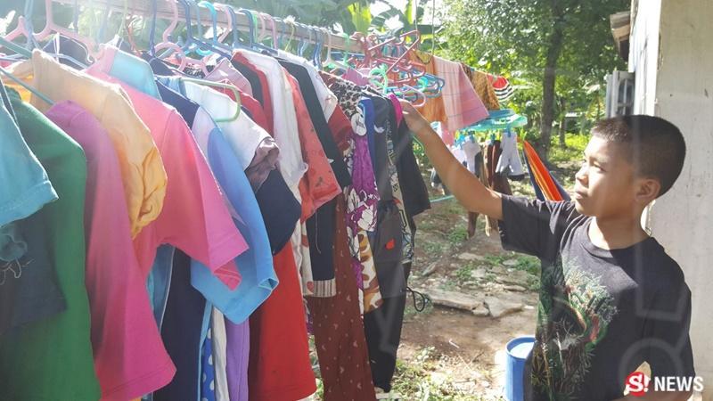 Fluke cùng 4 em nhỏ từ 2 đến 11 tuổi sống trong một ngôi nhà thuê tạm bợ tại vùng quê nghèo Buriram phía Đông Bắc Thái Lan. Bị cha bỏ rơi để chạy theo người phụ nữ khác, mẹ em là cô Panita (37 tuổi) phải đi làm ăn xa với mong muốn có tiền nuôi con. Cô phải đi cắt mía tại một nông trường ở tỉnh khác, đứt ruột để lại các con ở quê nhà.
