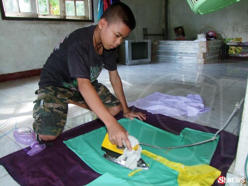 Fluke và 4 em sống trong một căn nhà thuê với giá 15 USD/tháng. Suốt 1 năm nay, Fluke tự mình chăm sóc các em: Fia (11 tuổi), Khao Fang (9 tuổi), Fern (6 tuổi) và Fort (2 tuổi).