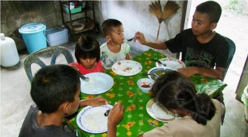 Cứ cách 1-2 tuần, cô Panita lại gửi về cho các con 1.000 baht (gần 30 USD) để các con tự lo liệu việc ăn uống, chăm sóc nhau. Với số tiền ít ỏi mẹ gửi về, 5 anh em thường chỉ ăn cơm trắng với cà ri. Thỉnh thoảng hàng xóm cho thêm thức ăn.