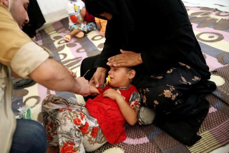 Một bé gái Iraq được điều trị tại cơ sở y tế của trại tị nạn Hasansham U2 - nơi có hơn 300 người bị ngộ độc thực phẩm sau khi dùng bữa ăn kết thúc tháng ăn chay Ramadan.