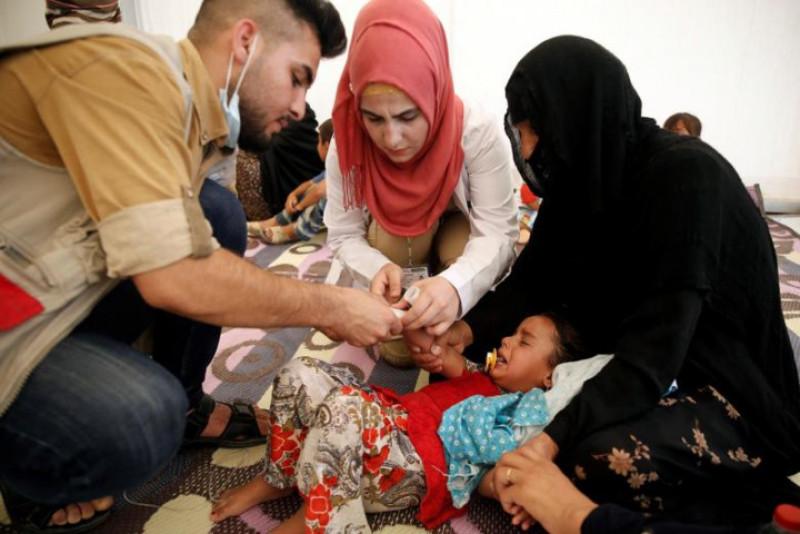 Các bác sĩ lấy ven để truyền dịch thải độc cho một bé gái.