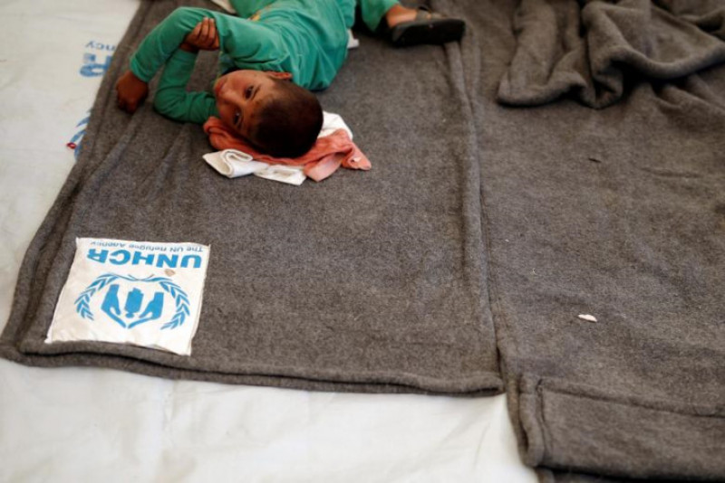 Một cậu bé bị ngộ độc nằm điều trị tại cơ sở y tế của trại tị nạn Hasansham U2.