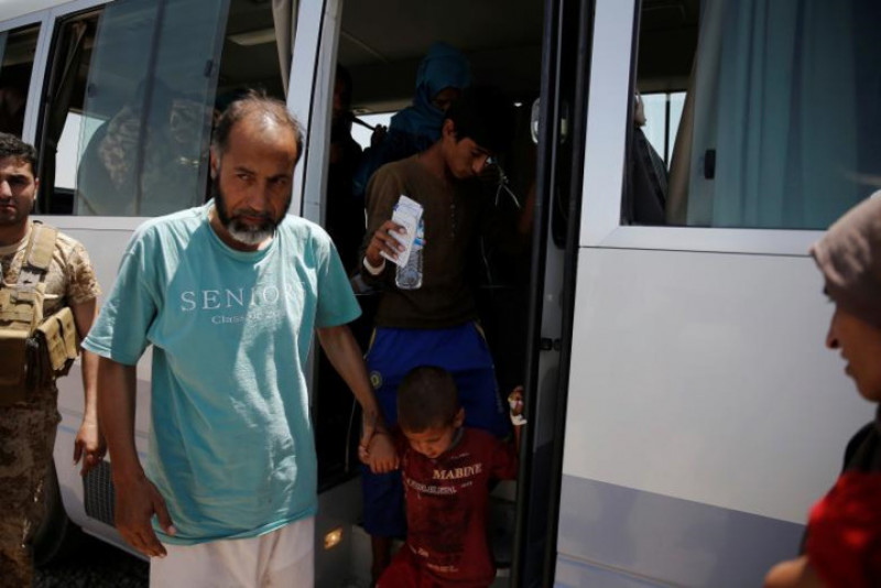 Những nạn nhân của vụ ngộ độc được xe buýt chở về nơi ở sau khi điều trị tại bệnh viện.