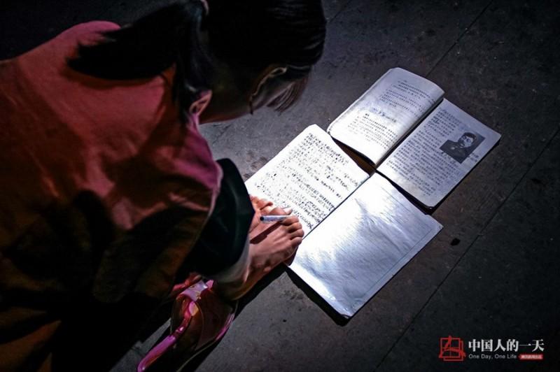 Câu chuyện của Xiang Liping là tấm gương của sự cố gắng vươn lên, vượt qua số phận. Cô đến từ phía Tây tỉnh Hồ Nam (Trung Quốc). Từ nhỏ, Xiang Liping cũng lành lặn như bao trẻ em khác nhưng đến năm 4 tuổi, điều không may mắn đã xảy ra khi cô bị điện giật mất cả 2 cánh tay. Cô tự học để xóa mù chữ…