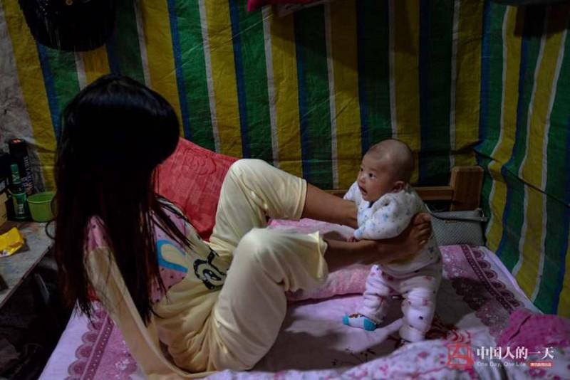 Con là niềm hạnh phúc và hy vọng của đời cô. Dù không có tay nhưng Xiang vẫn dùng chân để giữ đứa bé.